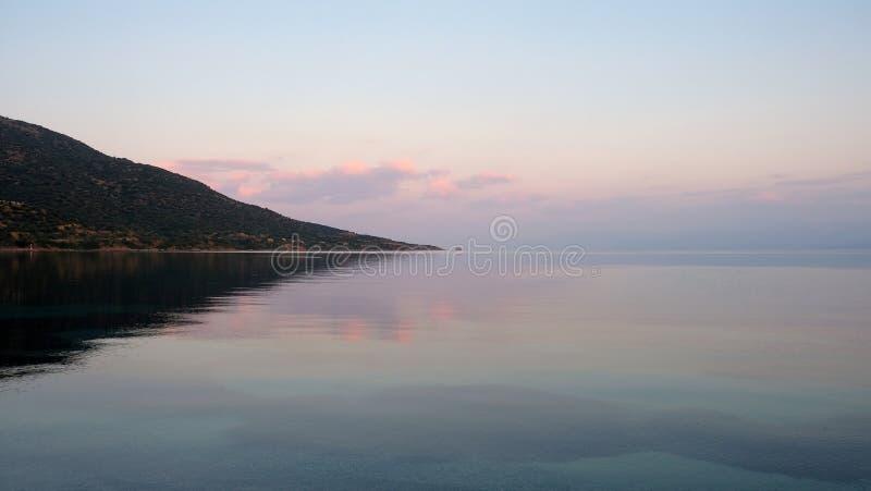 在寂静的海水的哥林斯人海湾黎明反射 免版税库存图片