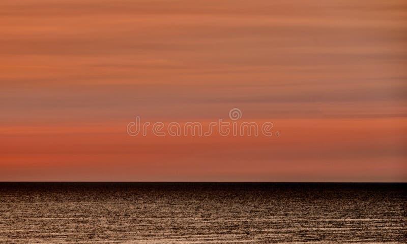 在密执安湖的红色天空早晨 免版税库存图片