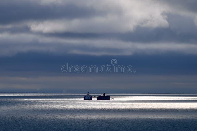 在密歇根湖的云隙光点燃的场面 免版税库存照片