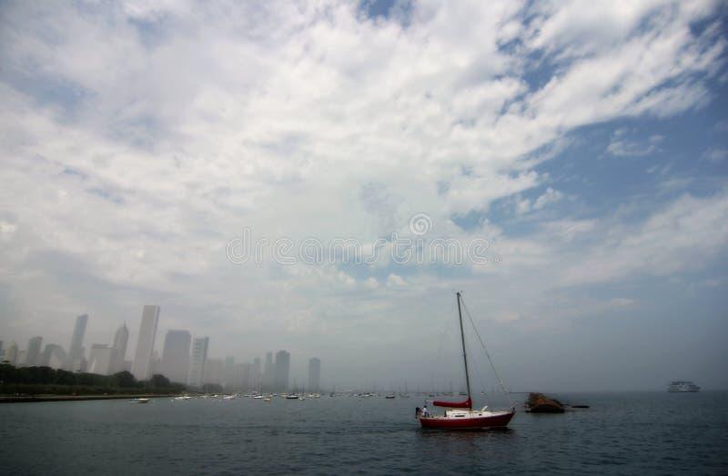 在密歇根湖的小船有芝加哥地平线的 免版税图库摄影