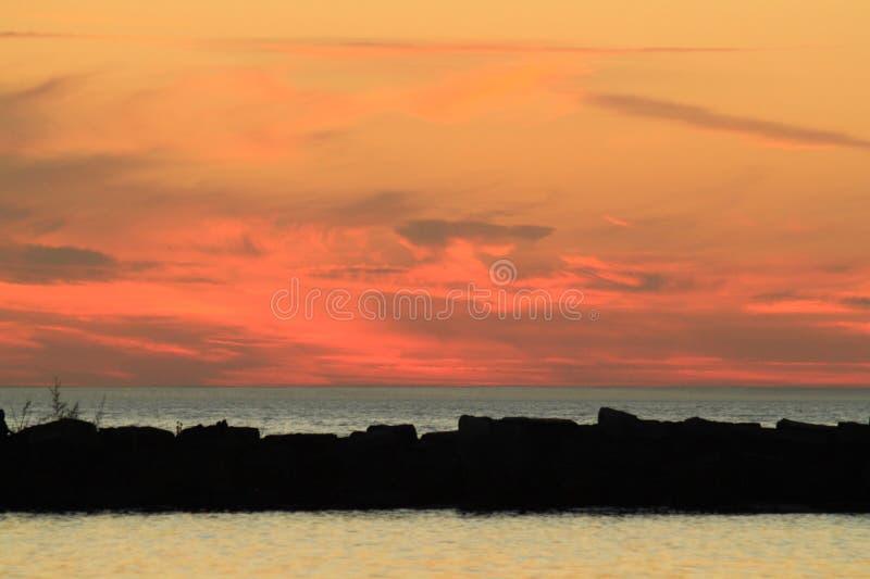在密歇根湖的日落有各种各样的颜色的 库存图片