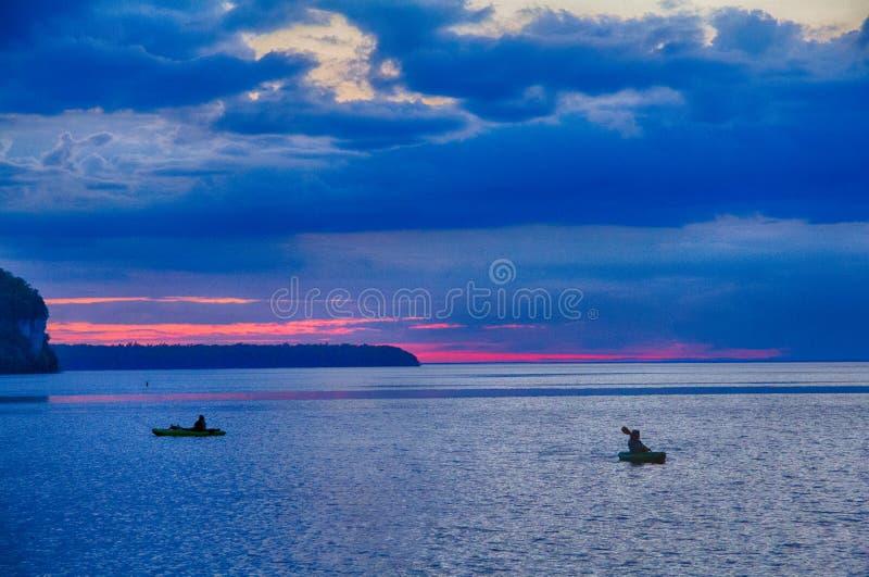 在密歇根湖的现出轮廓的船民在Ephraim附近, WI 图库摄影