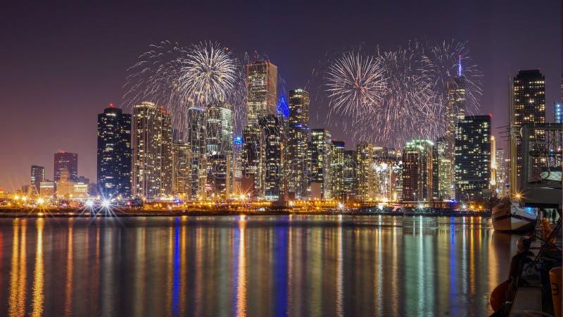 在密歇根湖的芝加哥地平线有烟花的在晚上 免版税库存照片