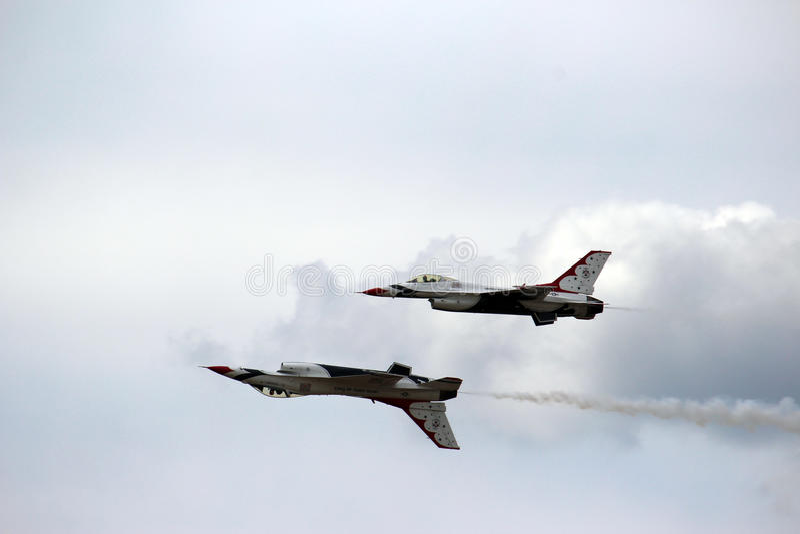 在密级队形的美国空军队雷鸟 免版税库存照片
