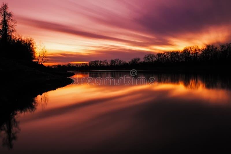 在密苏里河的长的曝光日落 免版税库存图片