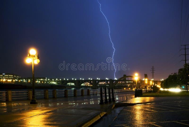 在密西西比河和桥梁的雷击,街市。圣保罗,明尼苏达 免版税库存图片