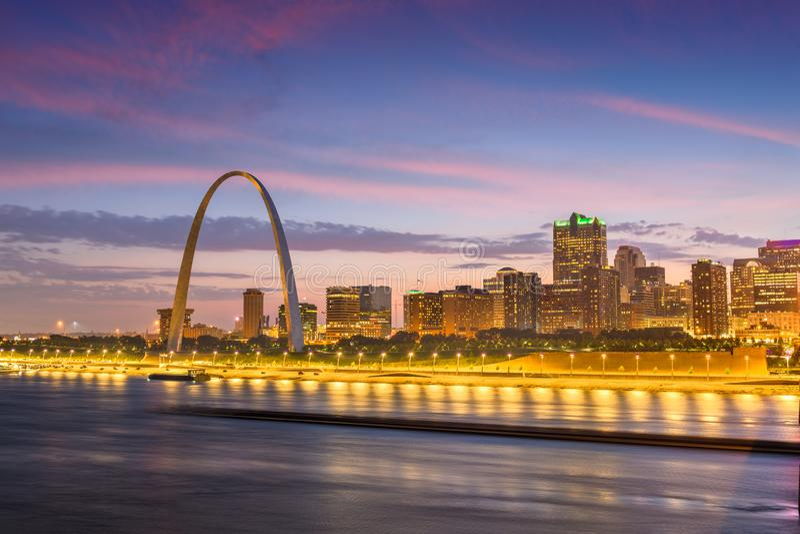 在密西西比河的圣路易斯,密苏里,美国街市都市风景 免版税库存图片