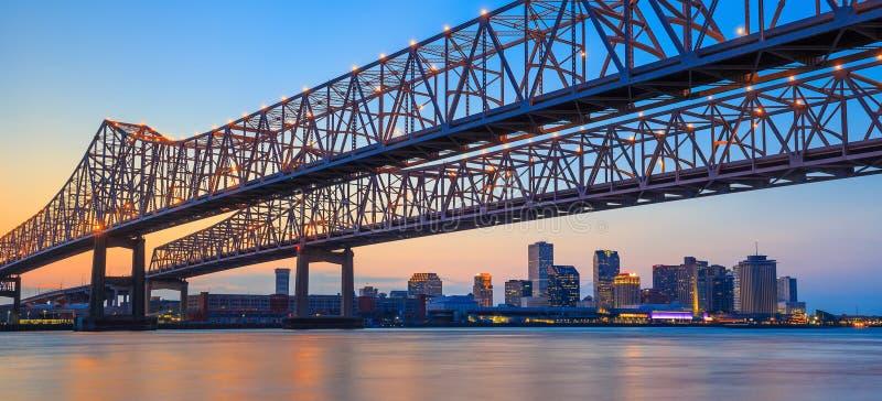 在密西西比河的新月形城市连接桥梁 库存照片