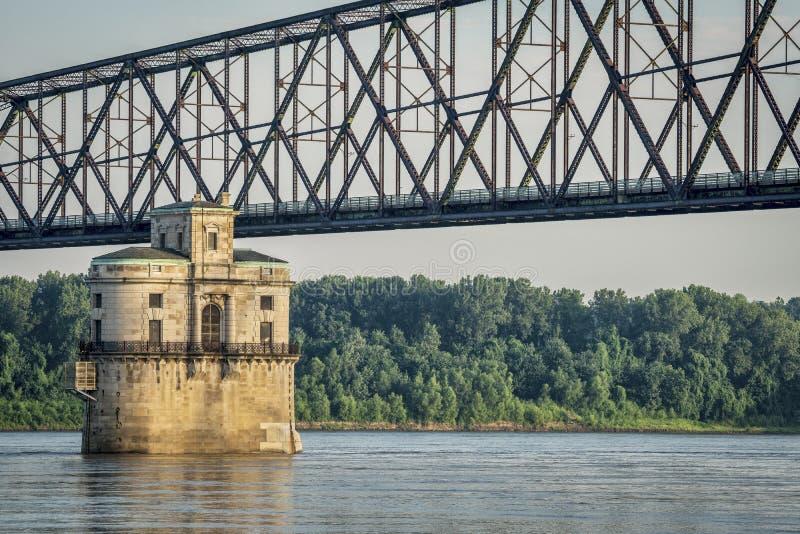在密西西比河的水塔 图库摄影