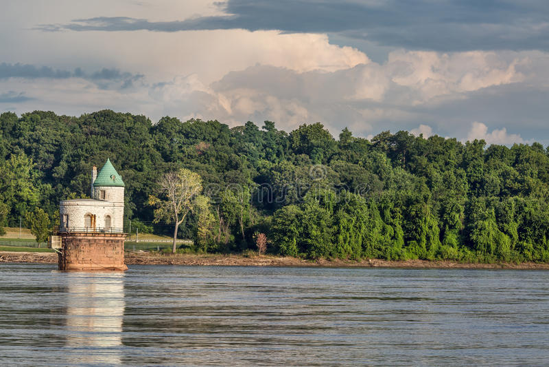 在密西西比河的水摄入塔 库存照片