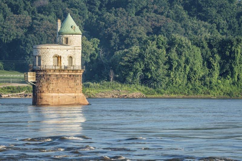 在密西西比河的水摄入塔 库存图片