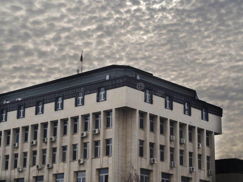 在密集的云彩下的自治市大厦 免版税库存照片