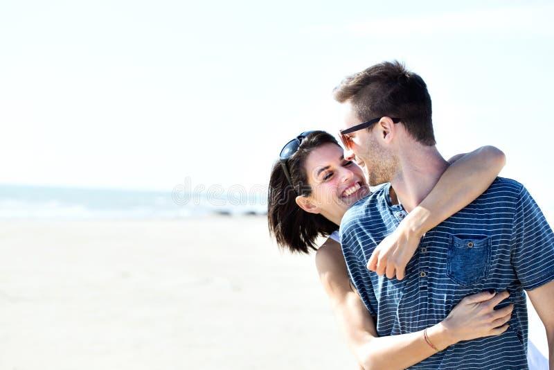 在富感情地拥抱在海前面的爱的夫妇 免版税库存图片