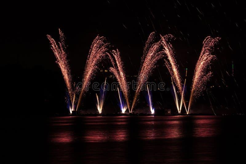 在富有的烟花的大哔拍作响的爆炸在有湖反射的布尔诺的水坝 免版税库存图片