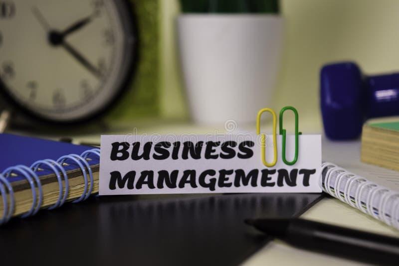 在对此隔绝的本文的业务管理书桌 企业和启发概念 库存照片