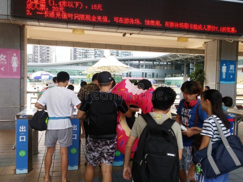 在对游泳池的入口,治安警卫检查游泳票 免版税库存照片