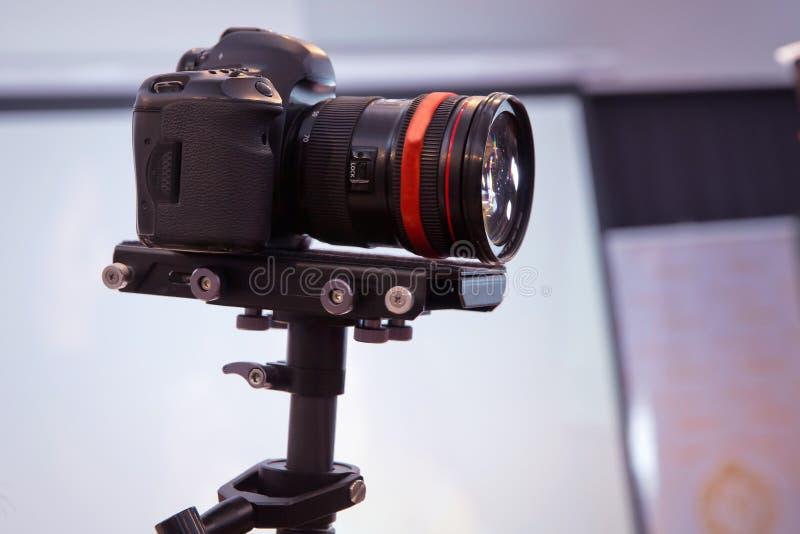 在对记录的vlog录影活在家放出的照相机前面 在社会媒介概念的企业网上influencer 构成 免版税图库摄影