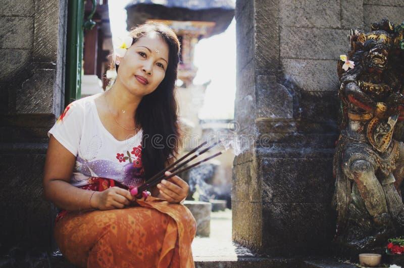 在寺庙前面的美丽的亚裔妇女 免版税库存图片