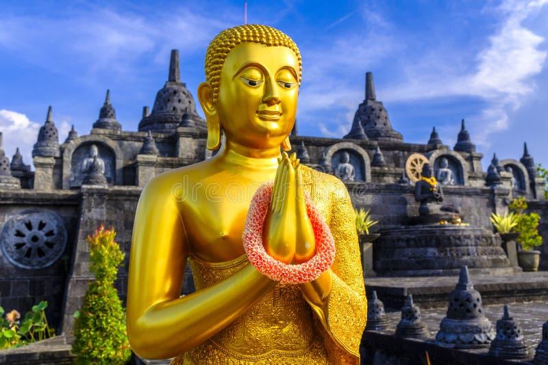 在寺庙前面的菩萨雕象 免版税库存图片