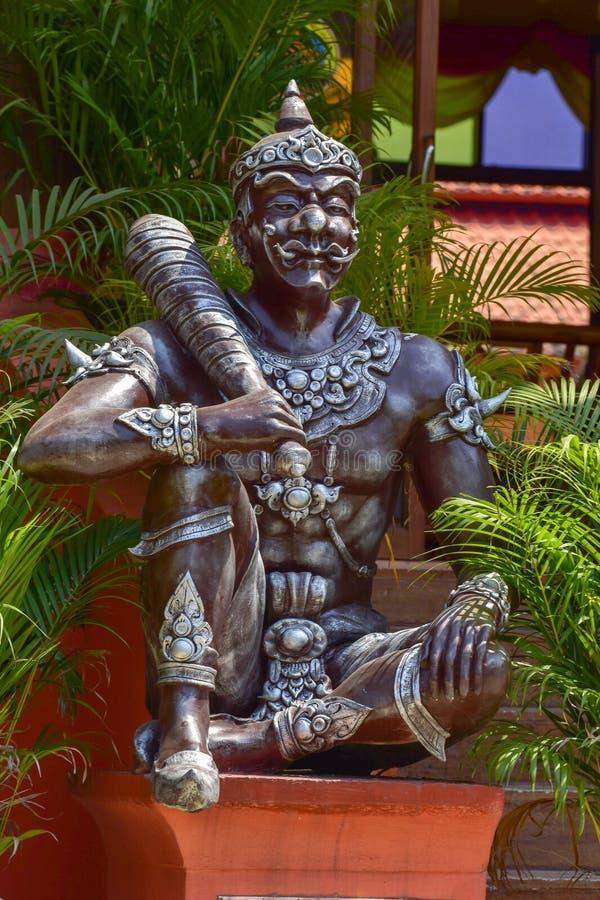 在寺庙的一个大雕象在泰国 皇族释放例证