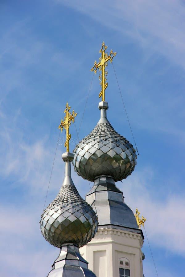 在寺庙的圆顶的金十字架 免版税库存照片