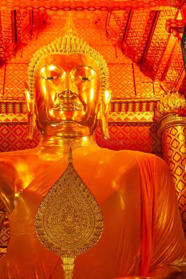 在寺庙的大金黄菩萨雕象在Wat Panan Choeng寺庙,阿尤特拉利夫雷斯,泰国 r 佛教崇拜 库存照片