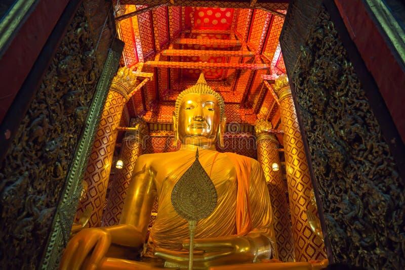在寺庙的大金黄菩萨雕象在Wat Phanan Choeng Worawihan寺庙 免版税图库摄影
