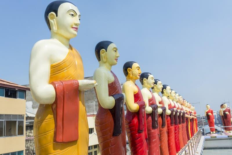 在寺庙的屋顶的佛教雕象在科伦坡 免版税库存图片