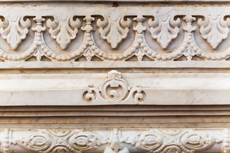 在寺庙的白色花岗岩墙壁上的装饰品在Vrndavana 免版税图库摄影