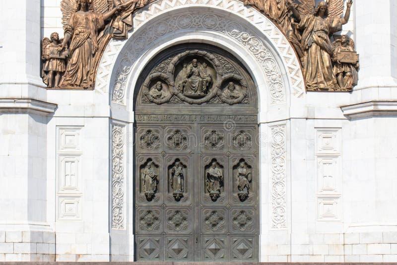 在寺庙的老古铜色门 寺庙,在天使顶部古铜色图的曲拱的高门  库存图片