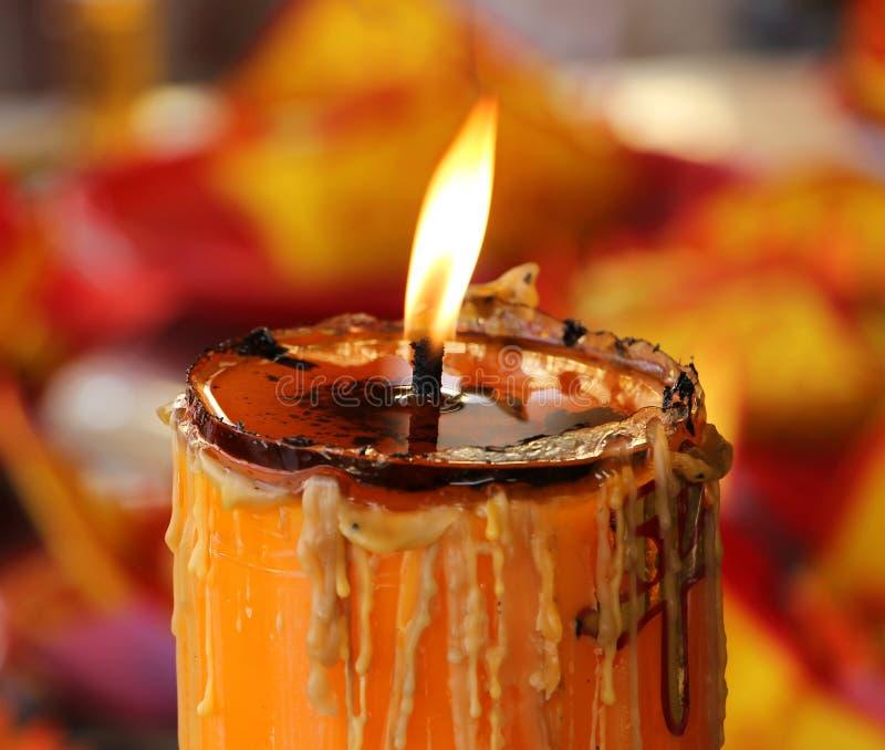 在寺庙的蜡烛光 库存照片