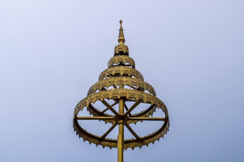 在寺庙的金黄伞 免版税库存图片