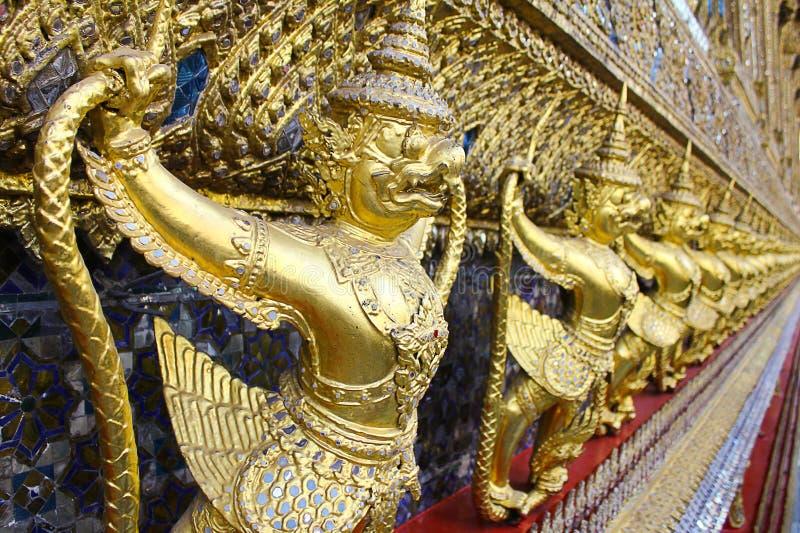 在寺庙的鹰报雕象在曼谷泰国 库存图片