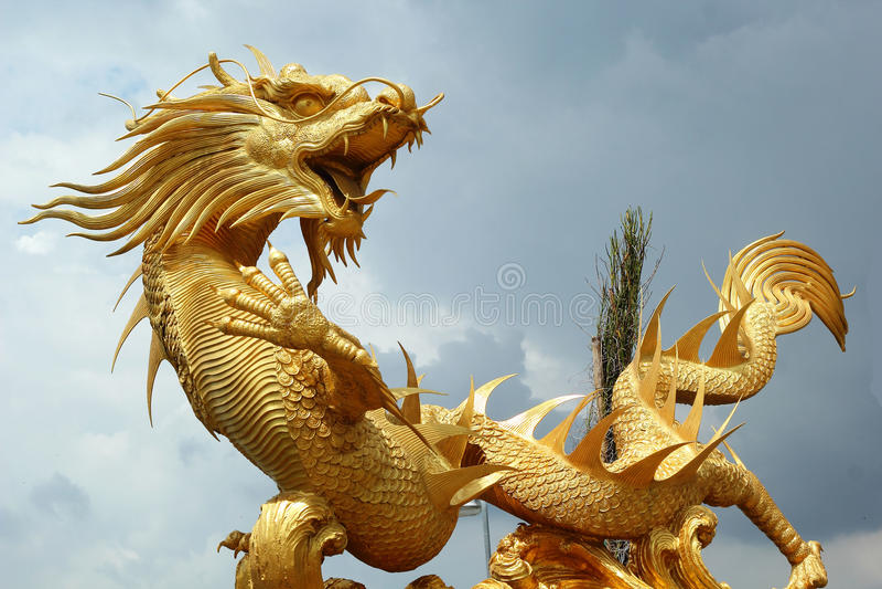 在寺庙的龙有天空的 库存图片