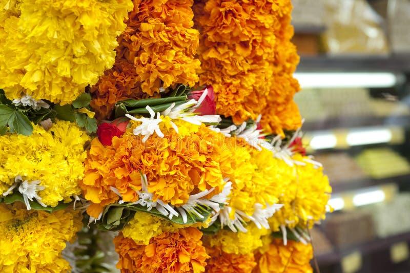 在寺庙附近的花诗歌选印度 免版税库存照片