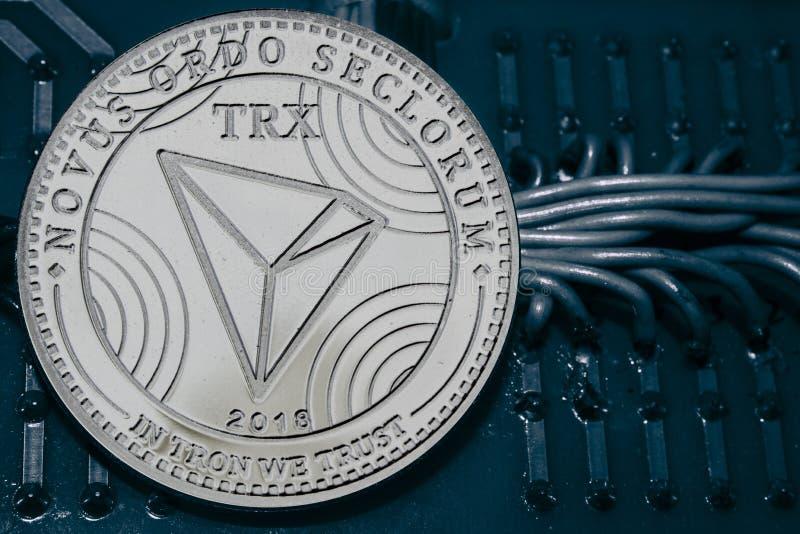 在导线和电路背景的硬币cryptocurrency TRX  免版税库存图片
