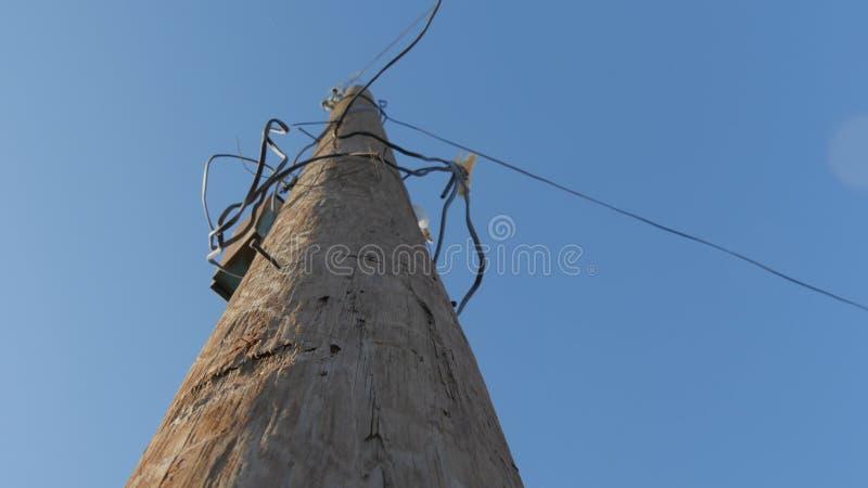在导线附近的电线杆 库存图片