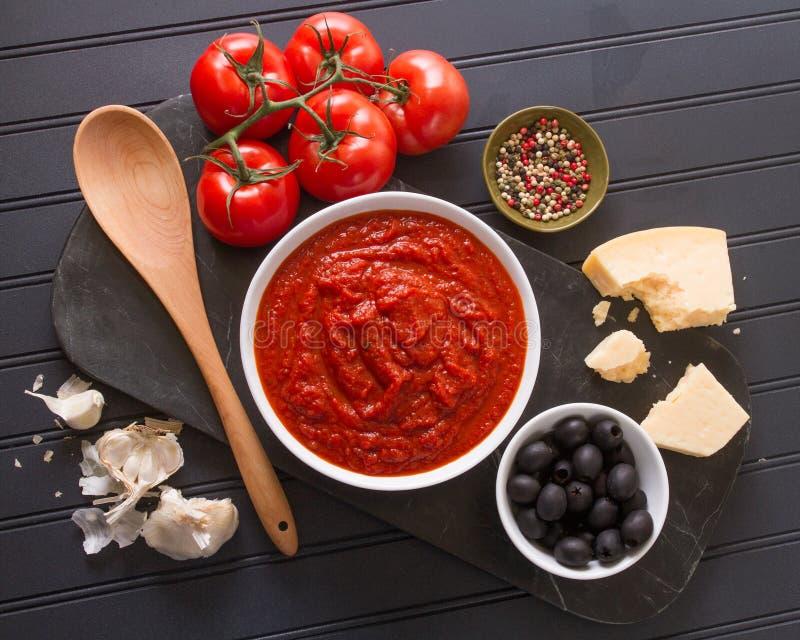 在射击上的西红柿酱成份 免版税库存照片
