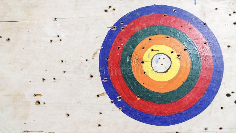 在射箭目标的目标圆环在白色木头 免版税库存图片