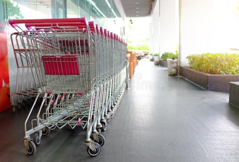 在将使用的等待之外的超级市场手推车 免版税库存图片