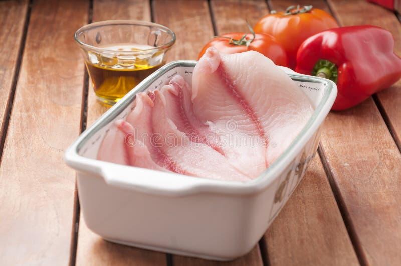 在将被烹调的盘子的生鱼内圆角 库存照片