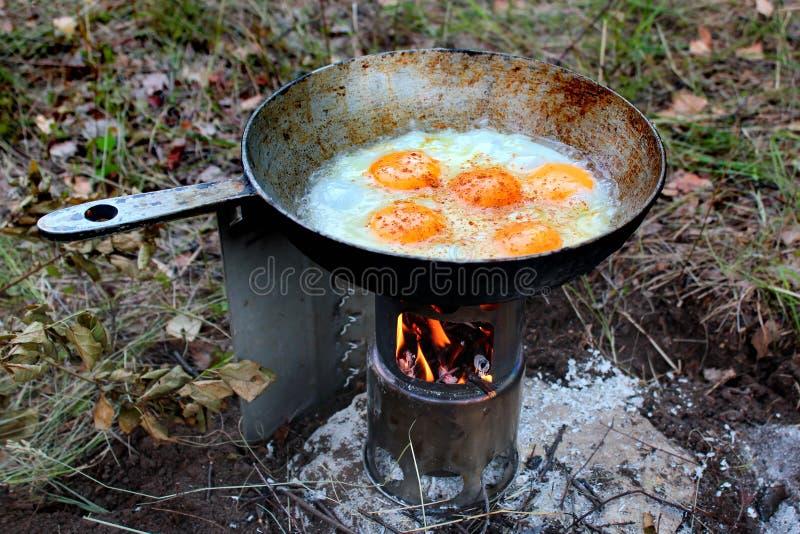 在小便携式的木火炉的荷包蛋 免版税库存图片