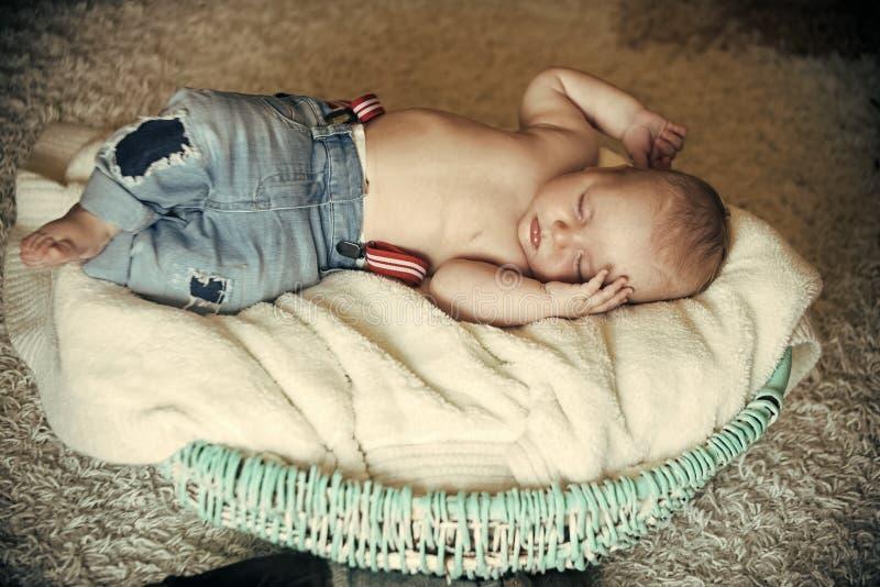 在小儿床的新出生的婴孩睡眠在地板上 库存图片