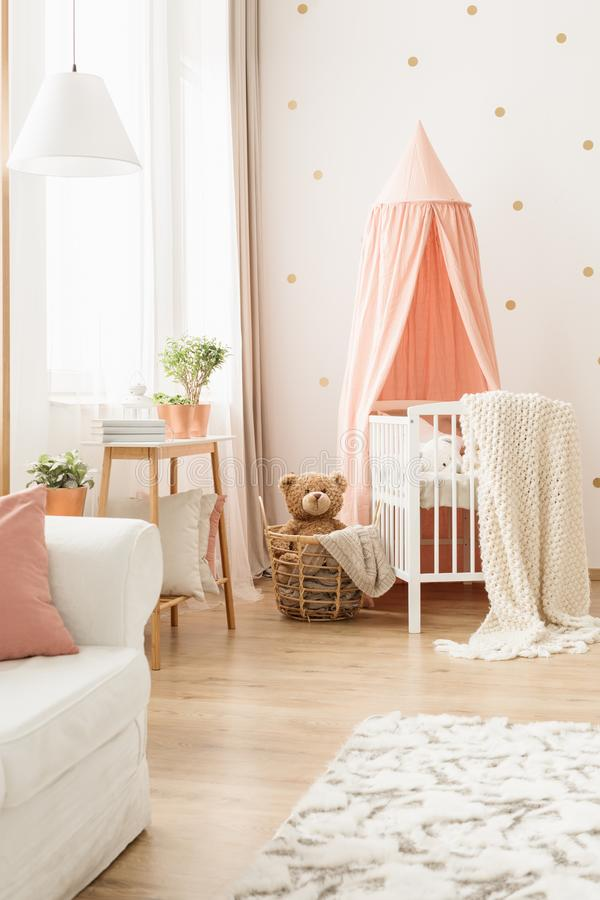 在小儿床的毯子有机盖的 免版税库存图片