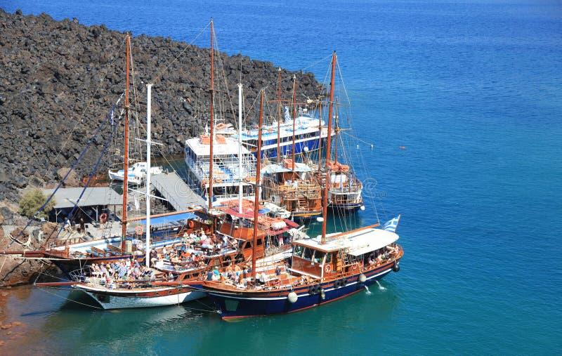 在小口岸的旅游游览小船在圣托里尼火山  库存照片