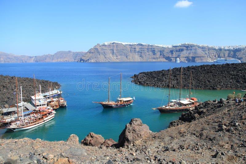 在小口岸的旅游游览小船在圣托里尼火山  免版税图库摄影