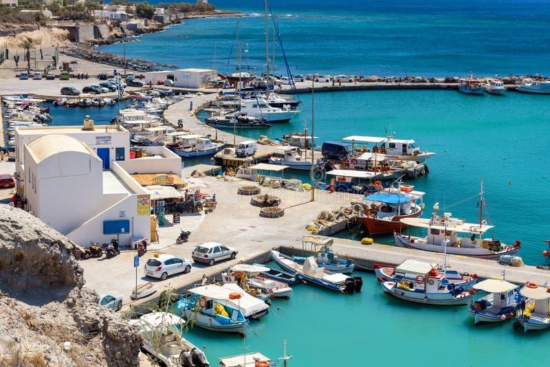 在小口岸的看法和渔船在Vlychada镇附近码头在圣托里尼海岛上的停放了 免版税库存照片