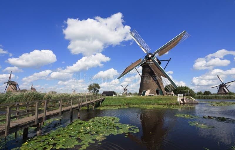 在小孩堤防,荷兰的风车 图库摄影