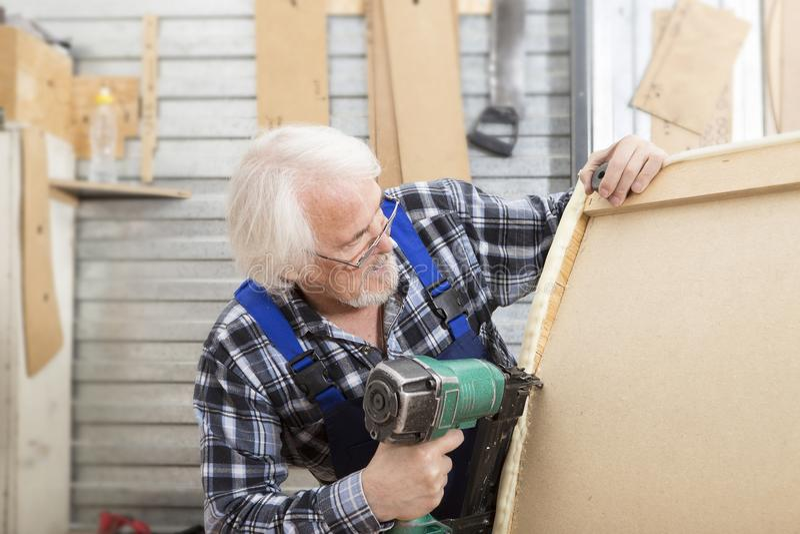 在小家具工厂的手工制造事务 库存照片