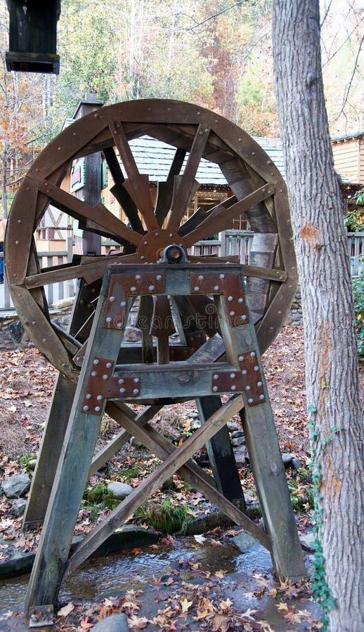 在小小河的Rusitc木水轮立场 免版税图库摄影